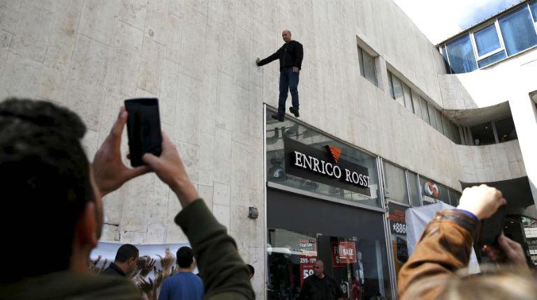 [Vidéo] Tel Aviv: Un magicien reste suspendu à un mur pendant cinq heures