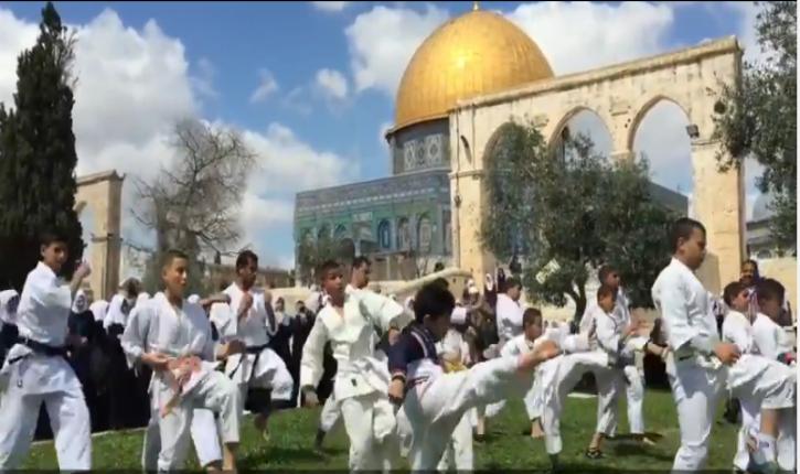 [Vidéo] Les palestiniens refusent que les juifs prient sur le Mont du Temple mais n'hésitent pas à le désacraliser régulièrement