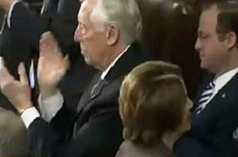 [Vidéo] – Au moment où Netanyahu dit qu' «Israël tiendra tête», Nancy Pelosi se lève et tourne les talons…..