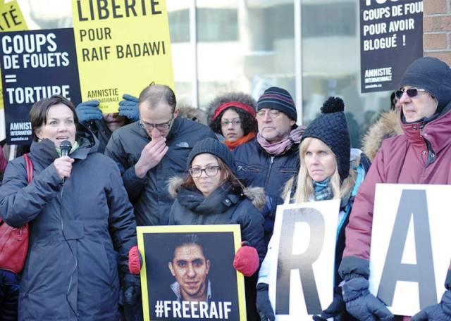 Ensaf Haidar, l'épouse du bloggeur (au centre) manifeste à Montréal en faveur de son mari