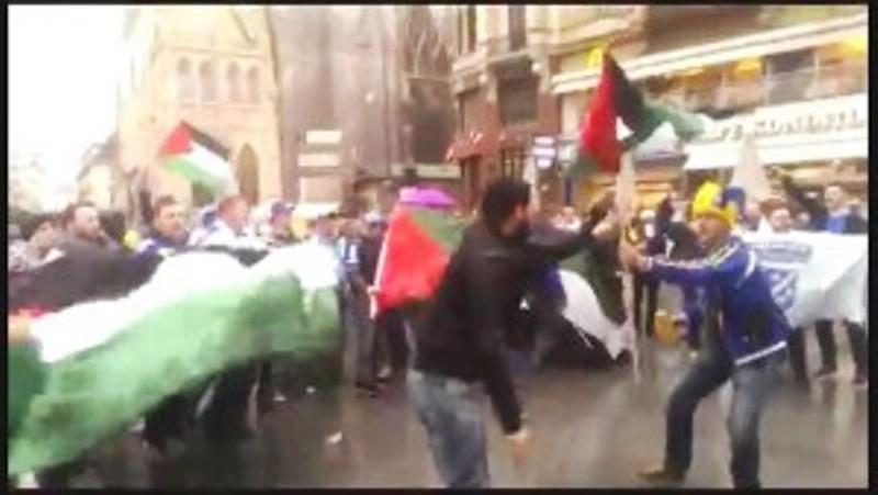 [Vidéo] Les supporters de l'équipe bosniaque de football à Vienne scandent  «Tuer, tuer les Juifs» en agitant des drapeaux palestiniens
