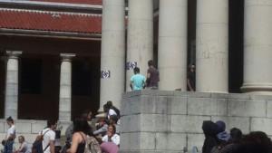 affiches d'Hitler et de croix gammées dans un campus d'Afrique du Sud