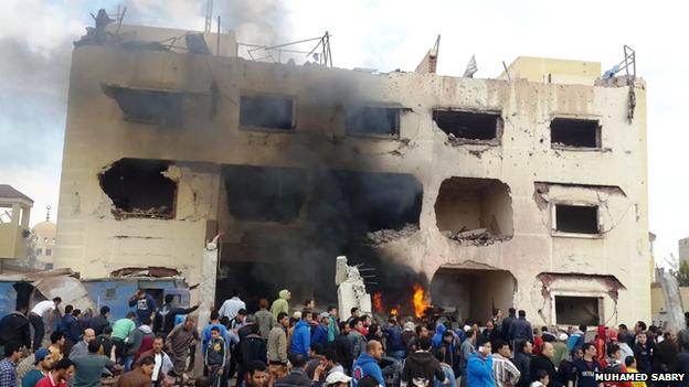 Le bâtiment de trois étages a été gravement endommagé et les maisons voisines sont également détruites, les portes arrachées et les fenêtres brisées.