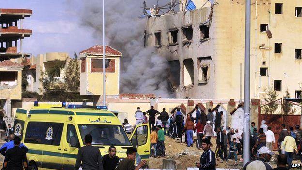 Des centaines de personnes se sont rassemblées autour de la station de police à El-Arish pour examiner les dégâts. Les  équipes de secours sont à la recherche de nouvelles victimes dans les décombres.