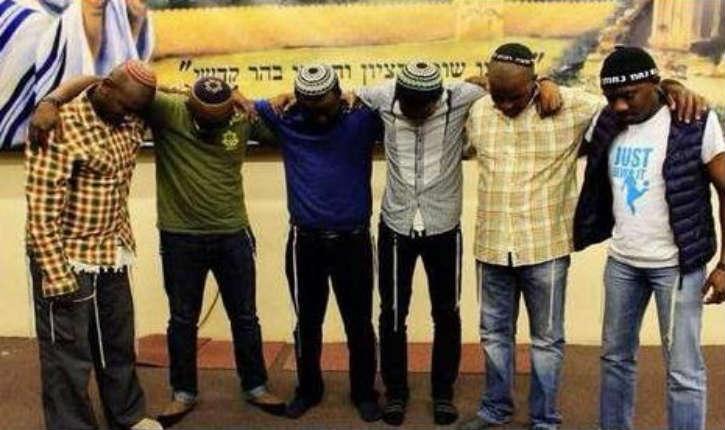 Suite à l'agression de 3 jeunes juifs à Johannesburg, des Sud-Africains se sont mis à porter la Kippa lors du rassemblement