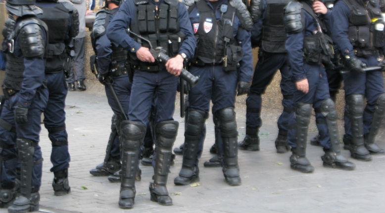 Acte 15: deux policiers se bagarrent entre eux et un Gilet jaune tente de les séparer (vidéo)