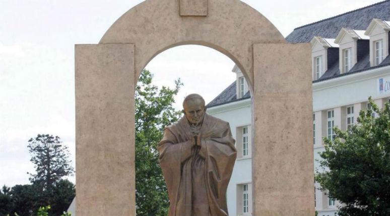 Bretagne: A Ploërmel la statue du pape devra quitter le domaine public suite à la plainte de l'extrême gauche qui cherche a déchristianiser la France