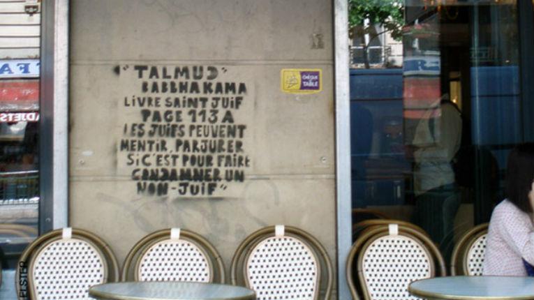 Nouveaux tags antisémites sur le mur du café Le Simplon à Paris 18ème