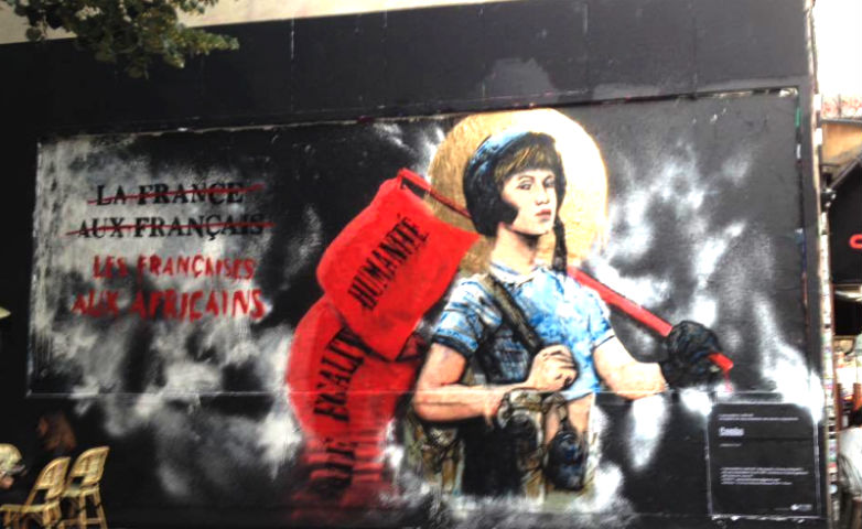 En plein Paris, une fresque sexiste et raciste subventionnée affiche le slogan « Les Françaises aux Africains »