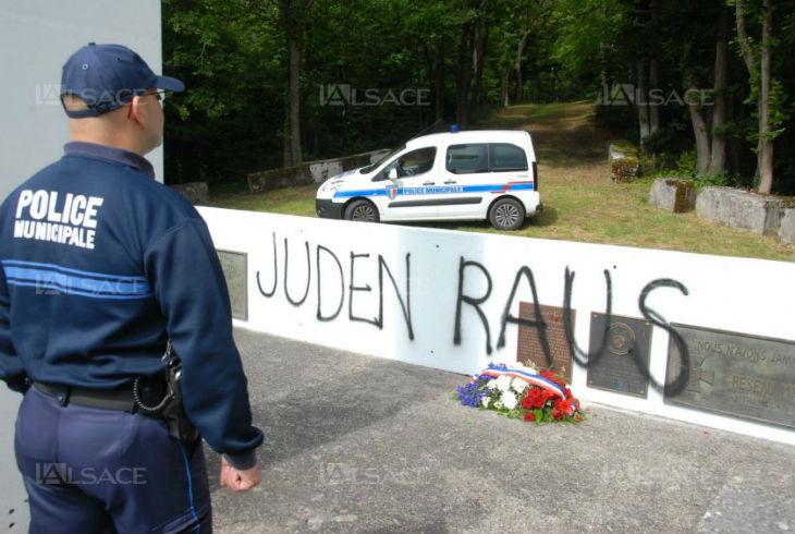 Tags antisémites sur le site de la Croix du Staufen à Thann (Haut Rhin) «Juden Raus !» (Juifs dehors)