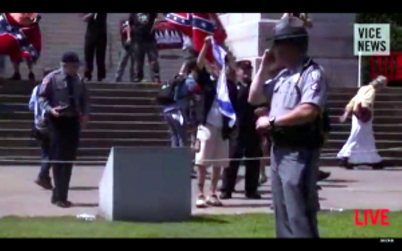 [Vidéo] – Des membres du Ku Klux Klan lacèrent le drapeau israélien lors d'une manifestation de protestation en Caroline du Sud.