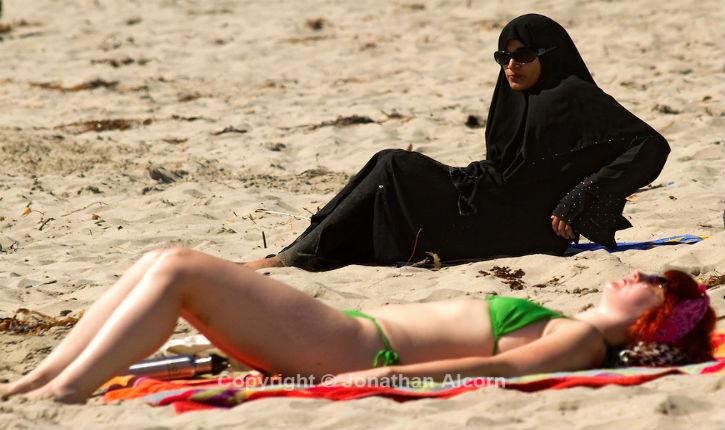 Karel De Gucht, ex-Commissaire européen: « Si ça continue comme ça, les Occidentales ne pourront plus porter de bikini pour ne pas heurter les musulmans »
