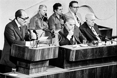 Anouar el-Sadate devant le Parlement israélien avec, à sa gauche, Yitzhak Shamir, président de la Knesset, et Ephraïm Katzir, président d'Israël.