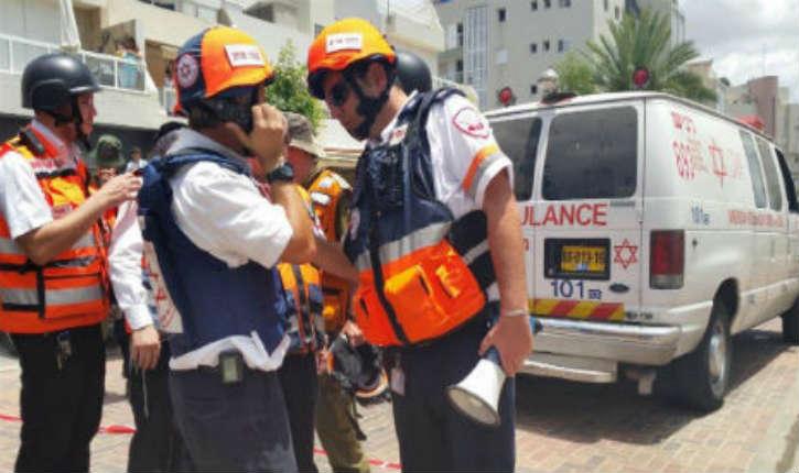 Nouvelle attaque au couteau: Un jeune israélien de 25 ans poignardé à Petah Tikva. Le terroriste arabe neutralisé par des passants