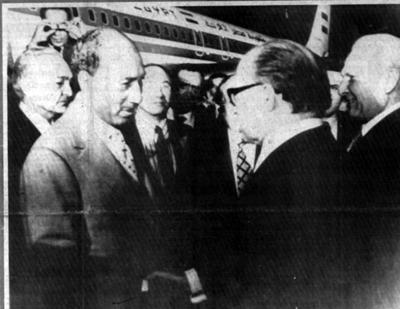 Sur la piste d'atterrissage, le « shake-hand » Sadate-Begin.