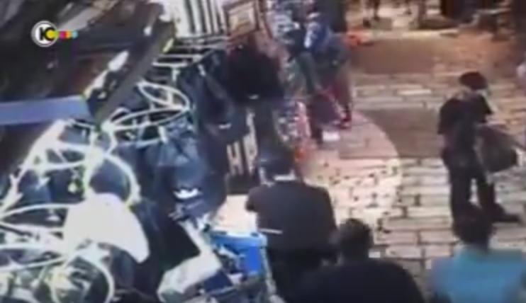 [Vidéo Choc] Jérusalem: deux musulmans agressent sauvagement un juif religieux dans la rue