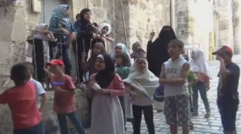 Un camp d'été de la mosquée Al-Aqsa, à Jérusalem: Le cheikh enseigne le martyre et l'antisémitisme aux enfants