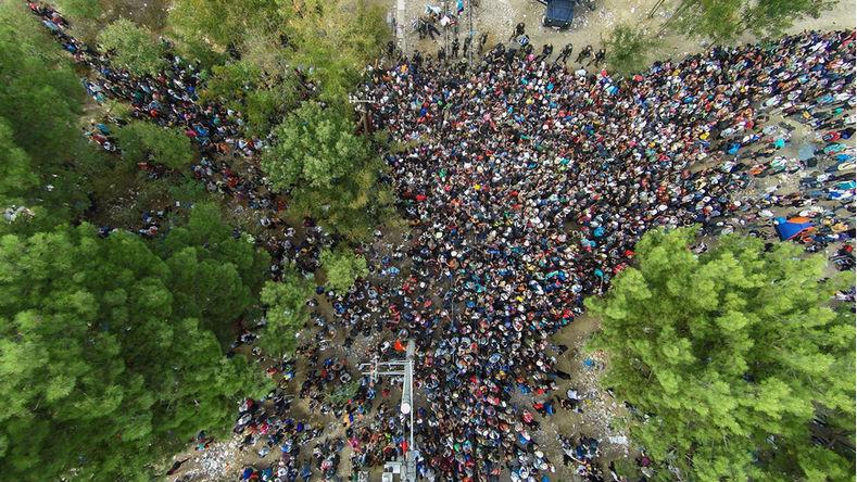 [Vidéo] Macédoine : Des centaines de migrants clandestins pénètrent depuis la Grèce en forçant la frontière