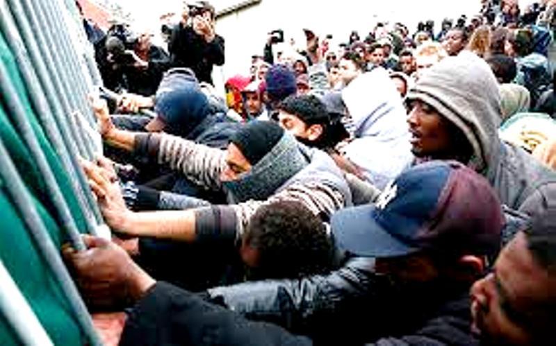 La Grèce bloque l'entrée d'au moins 15 000 migrants en 24h. Les habitants furieux les repoussent à Lesbos. La procédure d'asile suspendue (Vidéo)