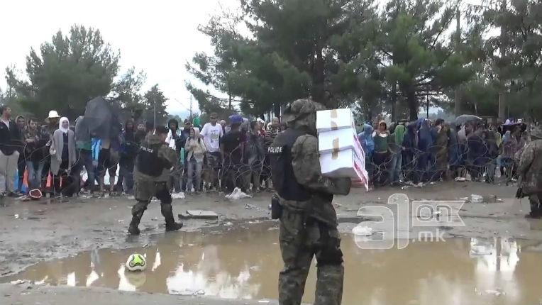[Vidéo] Macédoine : Les migrants refusent les colis de nourriture offerts par la Croix Rouge car ils ne sont pas halal