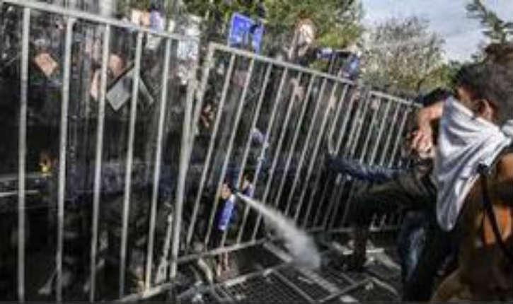 Hongrie: Des migrants ont débordé les forces antiémeutes et ont pénétré en territoire hongrois