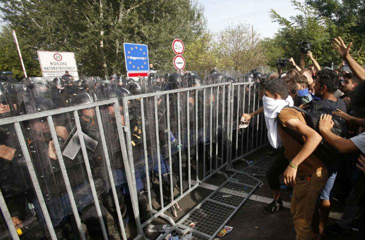 Philippe Meunier (LR) «Les migrants essayent de passer en force la frontière hongroise en usant de la violence. Cela s'appelle une invasion.»