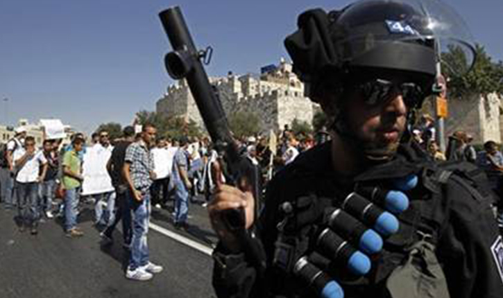 [Video] Un soldat israélien à bout de nerf charge les activistes arabes