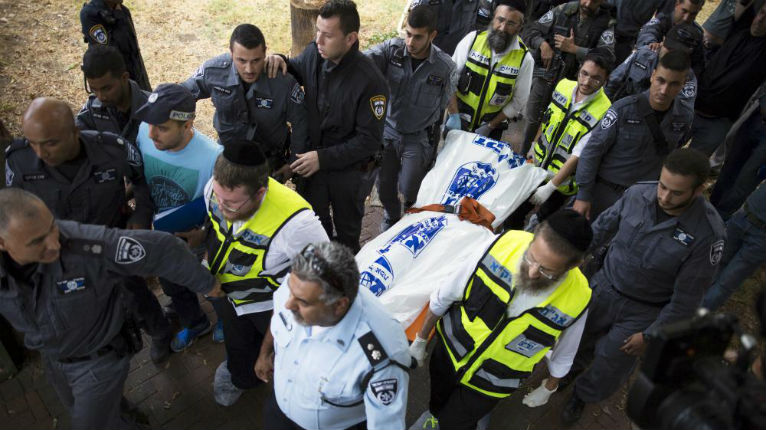 Israël: Un terroriste arabe blesse un soldat et lui vole son arme à Kiryat Gat. Il est très vite abattu par la police