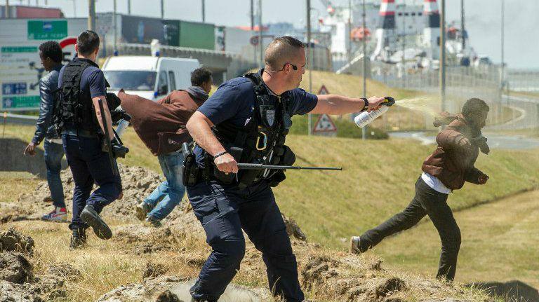 Calais: les « migrants » sortent sabres et barres de fer pour casser les voitures dans la ville