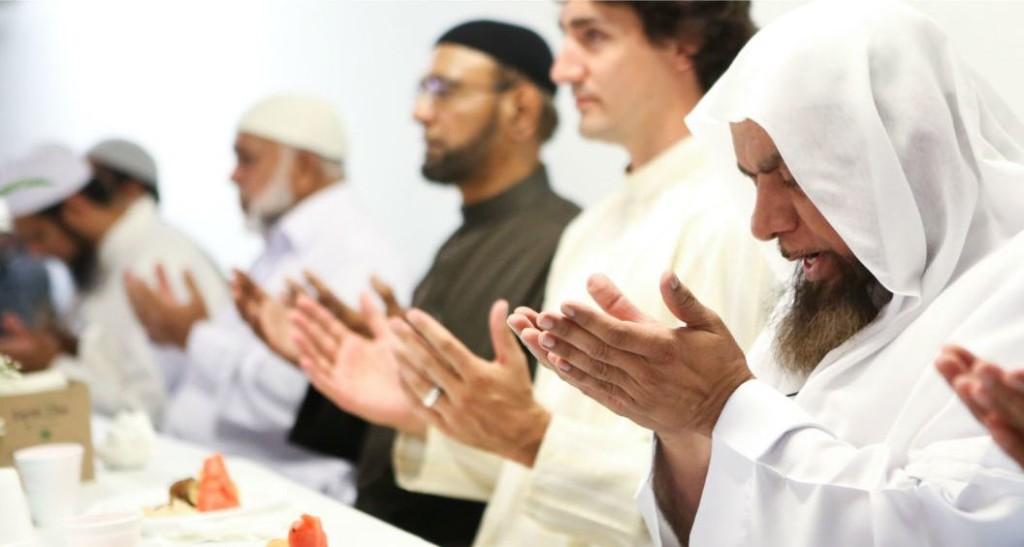 Trudeau visite une mosquée et se donne à une séance de prière islamique.