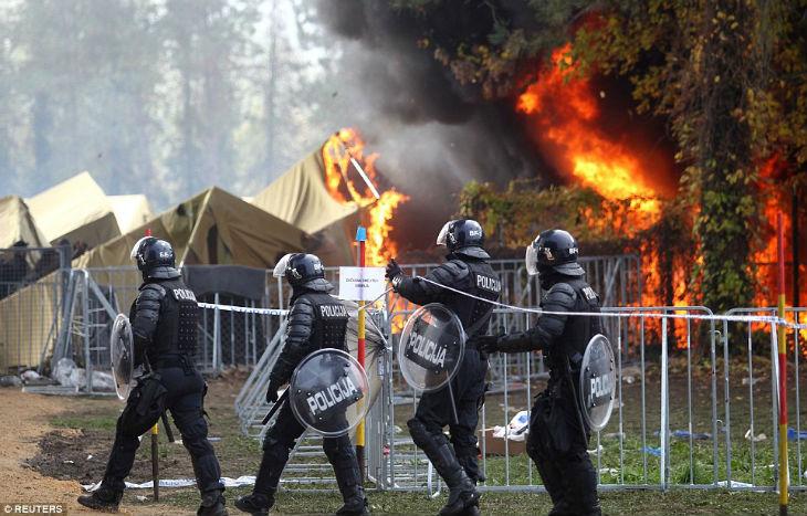 Vidéos – Slovénie : les migrants clandestins mettent le feu au camp de Brezice