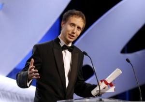 Lazlo nemes reçoit le prix du jury au festival de cannes (mai 2015)