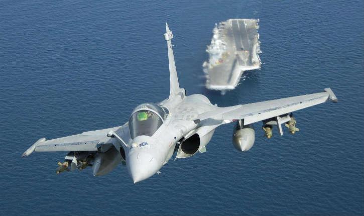 Raqqa: premier raid des avions Rafale à partir du porte-avions Charles de Gaulle