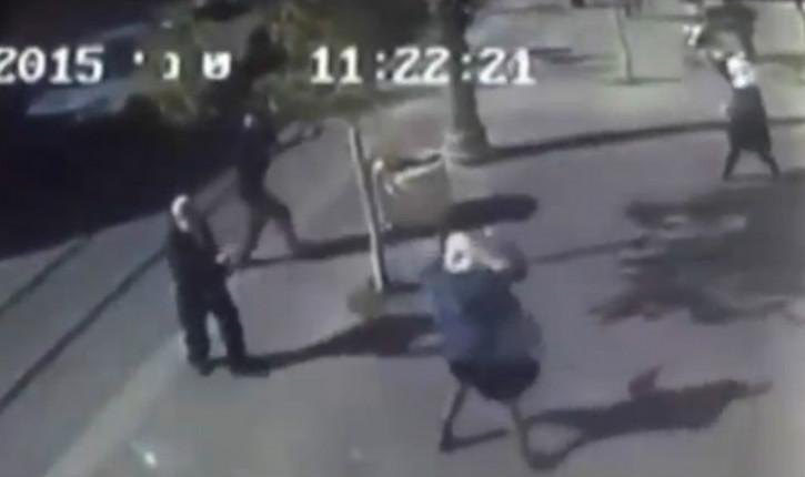 Vidéo : Deux jeunes terroristes arabes s'en vont poignarder un juif à Jérusalem