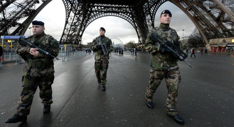 Un islamiste force un contrôle de sécurité de la tour Eiffel et sort un couteau en criant «Allah Akbar»