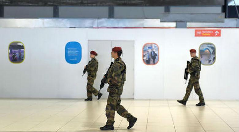 Attentats: Perquisitions à Roissy, des preuves de radicalisation découvertes dans les casiers du personnel de l'ADP et Servair