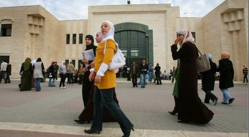 L'islam et l'orthodoxie grecque dévoilent un sapin de Noël garni de photos de terroristes….