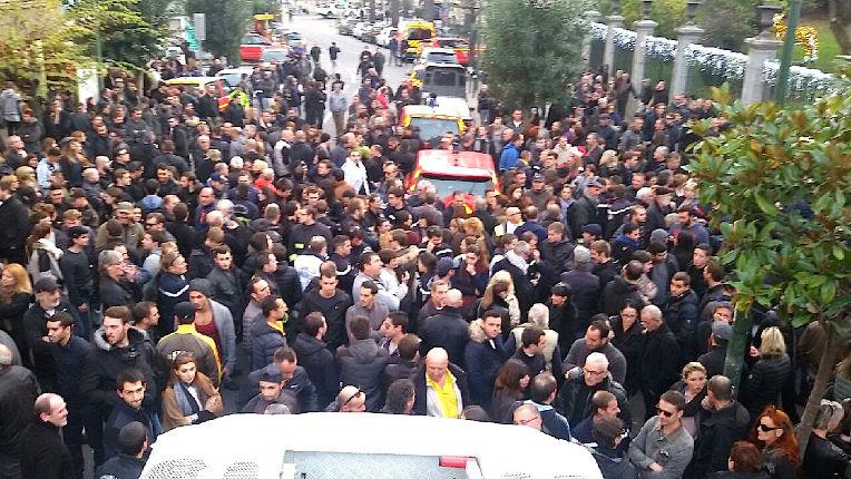 Pompiers agressés dans une cité à Ajaccio : au moins 300 personnes font une descente dans la cité. La foule crie « Arabi fora (Les Arabes dehors). Ici c'est la Corse, on est chez nous ! »