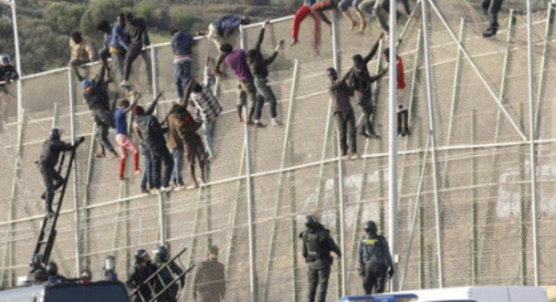 Espagne : plus de 600 migrants subsahariens franchissent la frontière et jettent de la chaux vive sur la Garde civile (Vidéo)