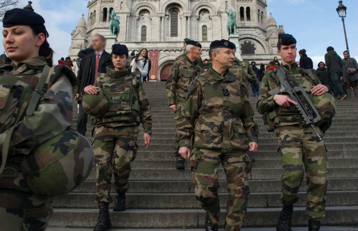 Loi antiterroriste : Gérard Collomb veut renforcer le contrôle des fonctionnaires et des militaires qui ont des missions de sécurité et de défense