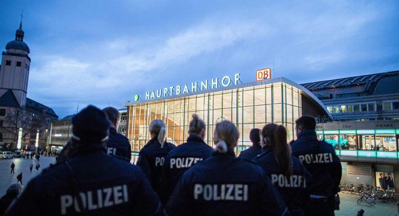 Allemagne : Suite aux agressions sexuelles, un groupe d'extrême droite fait la chasse au migrant en plein Cologne