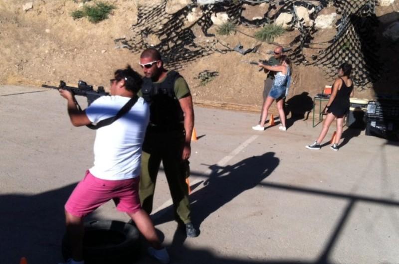 Des revolvers à prix discount sont vendus aux résidents de Beitar Illit pour qu'ils se défendent contre les terroristes.
