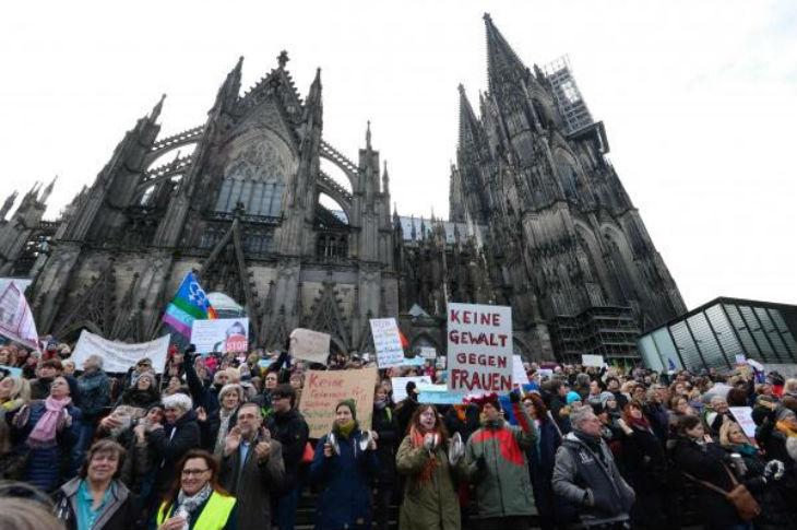 Cologne : un réfugié syrien contributeur du Huffington Post accuse les femmes victimes d'agressions sexuelles «La plupart du temps, les femmes sont à blâmer. Etre seule la nuit»