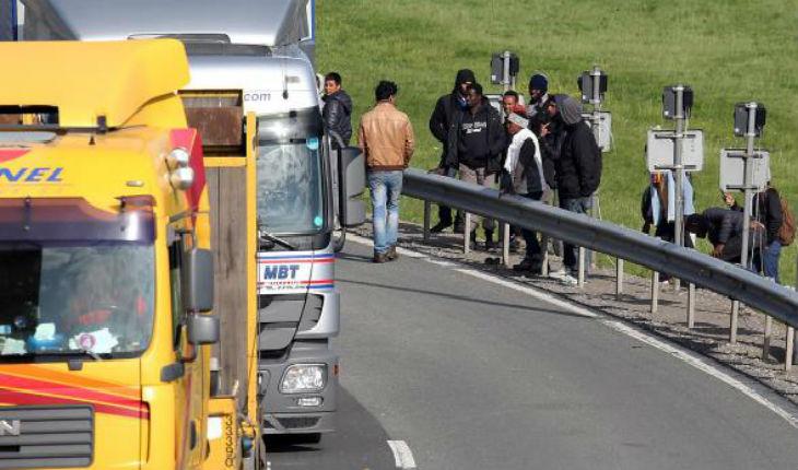 France: Une cinquantaine de migrants attaquent des voitures sur l'autoroute A16