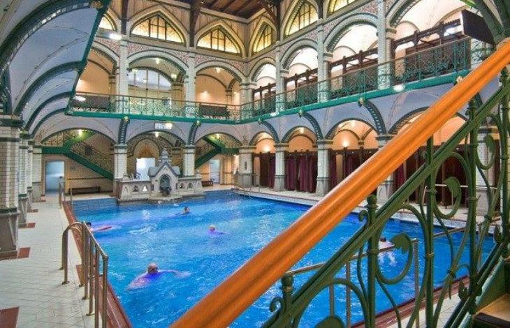 Allemagne : Des migrants défèquent dans le bain pour enfants, se masturbent et envahissent les vestiaires des filles à la piscine