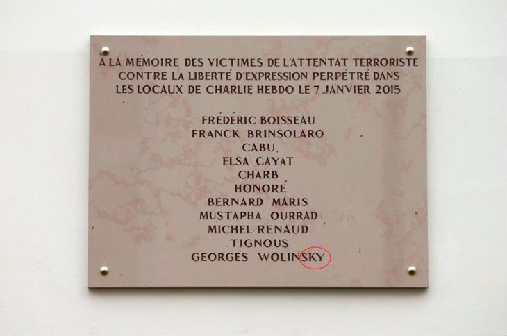 France: La plaque en mémoire des dessinateurs de Charlie Hebdo est erronée: le nom de Wolinski est mal orthographié