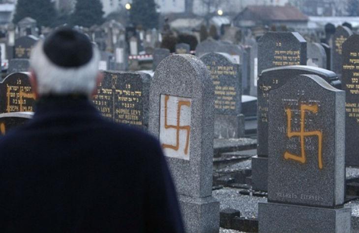 Pour Cazeneuve les actes antisémites à un niveau élevé avec 806 actes. 810 actes anti-chrétiens. 400 actes anti-musulmans pour l'année 2015