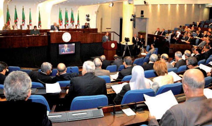 Alors qu'en France, la «déchéance de nationalité» fait débat, en Algérie, les binationaux n'accéderont pas aux hauts postes dans la fonction publique