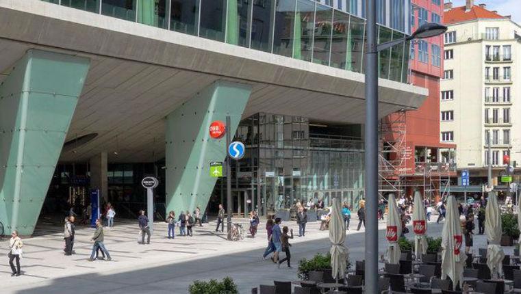 Vienne, Autriche: 4 hommes poignardés par 5 migrants Afghans dans un centre commercial