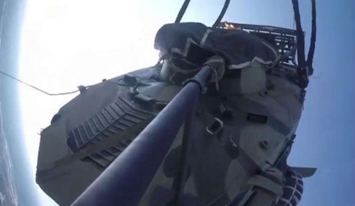 Vidéo – L'armée russe largue des tanks depuis des avions cargos en vue d'un déploiement en Syrie